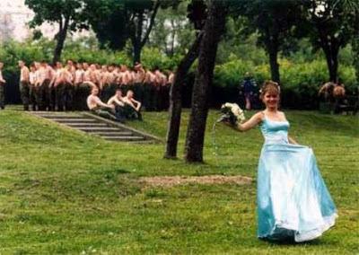 Hochzeit Foto Soldaten im Hintergrund lustig