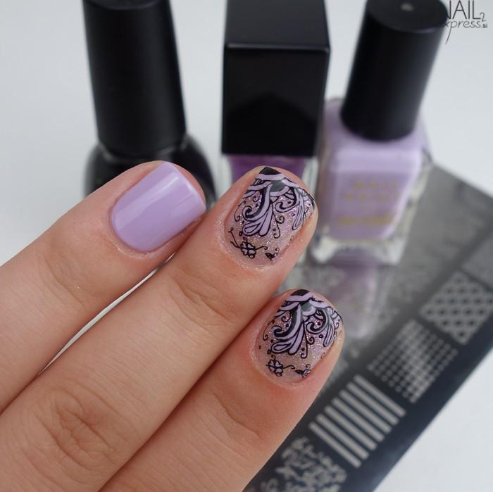 Pastelno vijolična manikira z vzorčkom Konad SQ01