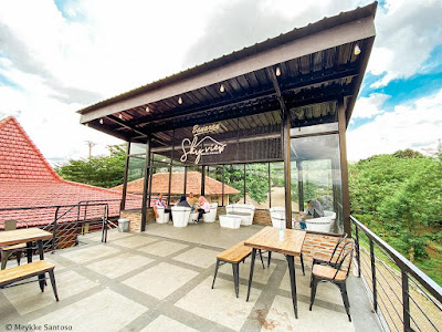 Lantai dua cafe Sky View Banaran