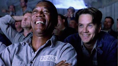 Ellis y Dufresne en la sala de cine de la cárcel
