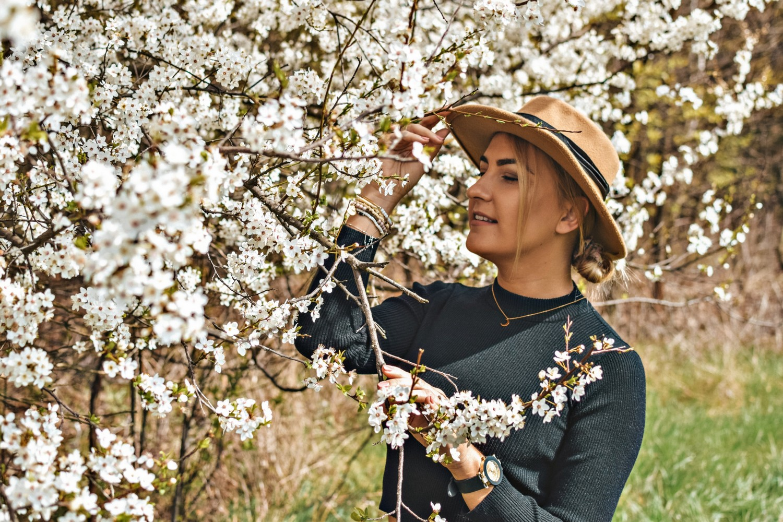 Beżowy kapelusz na wiosnę