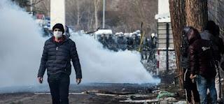 بالفيديو: الجنود اليونانيين يلقون قنابل غاز المسيل للدموع على المهاجرين