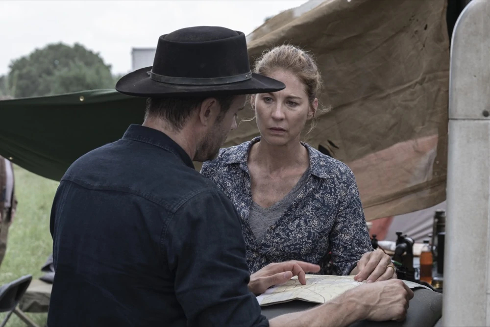 June y John en el episodio 5x12 de Fear The Walking Dead Ner Tamid