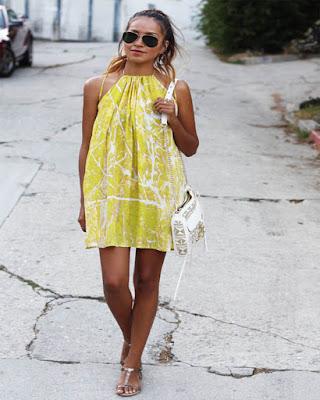 vestido amarillo con cuello halter de flores para el verano