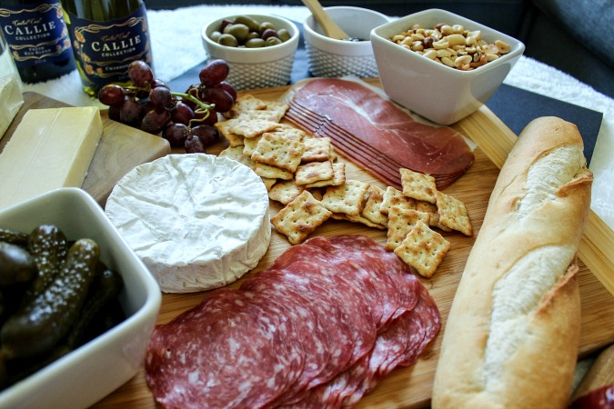 How to put together a chic meat and cheese board- Great food for entertaining!