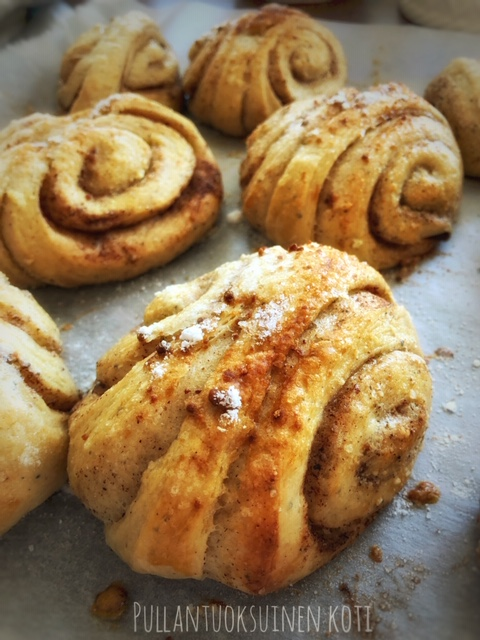 #pullat #buns #baking #crossbaking #healthybaking #heathiertreats #healthierbaking #coconutoil #leivonta #terveellinenruoka #terveellisempiäherkkuja #superfoods #voisilmäpulla #korvapuusti #cinnamonbuns #delicious #hyvinvointi #terveellisempielämä #feelgood #takecareofyourself #eathealthy #healthierchoices