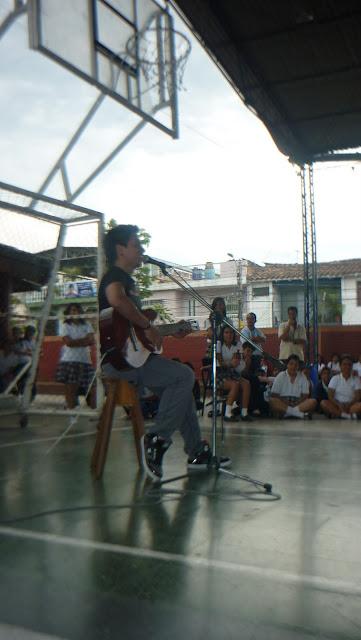 El actor Mauricio bastidas dedico varias canciones a sus compañeros de colegio