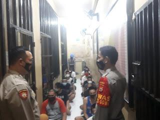 Pastikan Tahanan Aman, Petugas Piket Kontrol Kondisi Rutan Polres Gowa