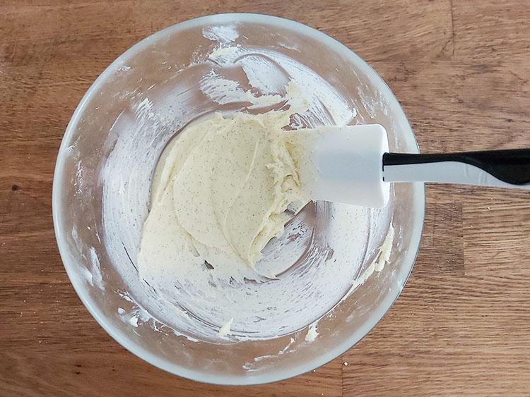 Crémage du beurre et du sucre pour sablés à la vanille