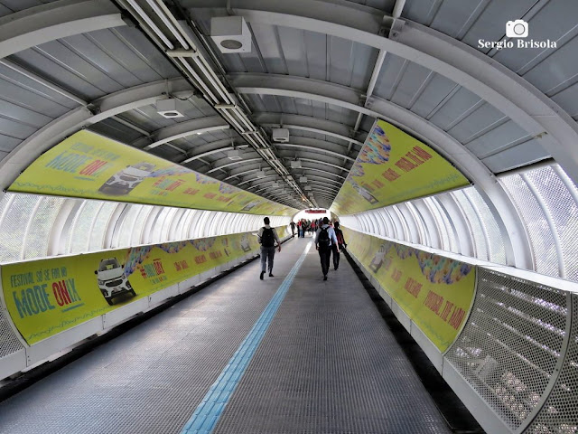 Vista interna da passarela de interligação entre as estações do Metrô e da CPTM no Bairro de Pinheiros