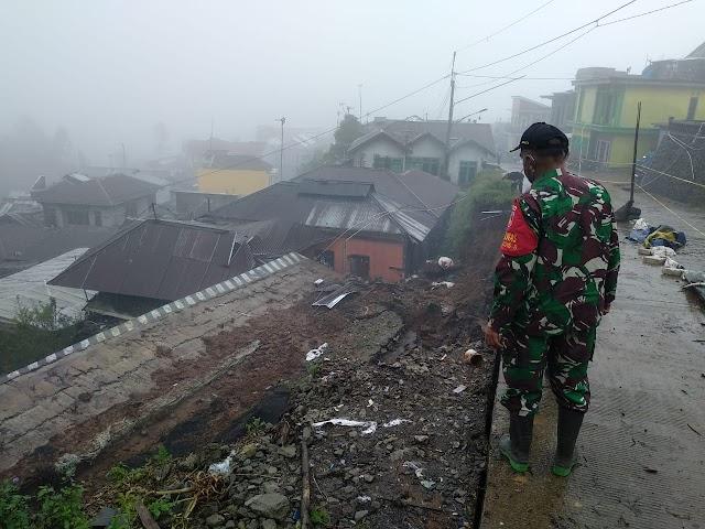 Tebing Bibir Jalan Longsor, Timpa Rumah Warga Desa Gerlang