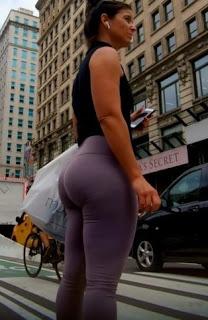 Señora sabrosa leggins caminando
