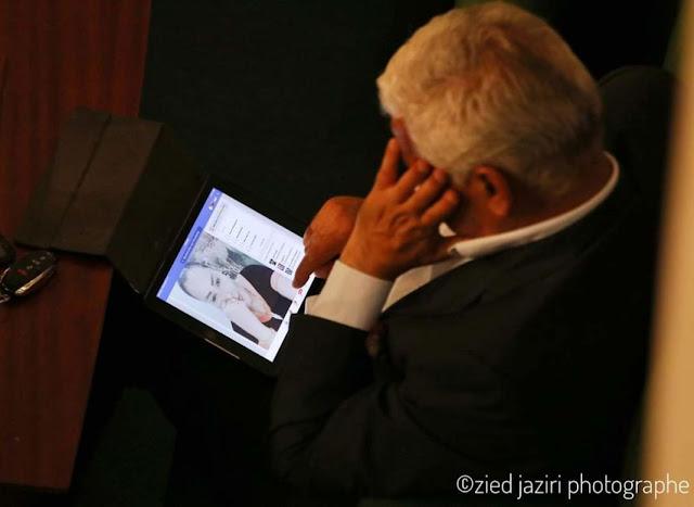 زوج عربية حمادي يعلق على صورة الصافي سعيد وهو يتأمل صورة زوجته (صور)