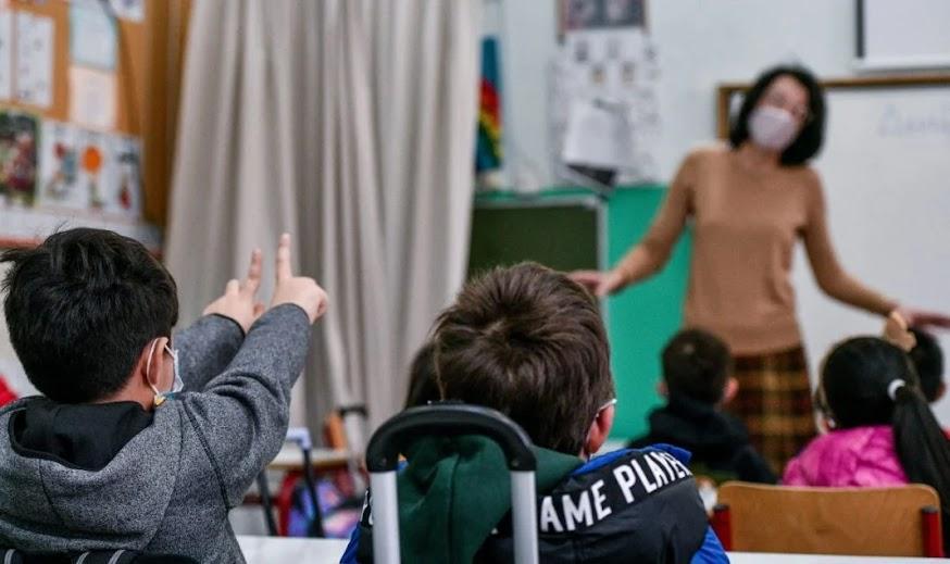Τιμωρούν τους ανεμβολίαστους δασκάλους και καθηγητές με κορωνοχαράτσι