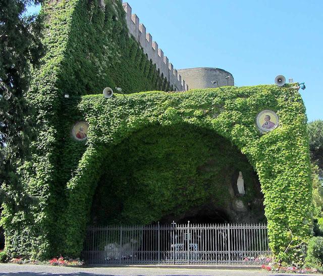 Reprodução da Gruta de Lourdes nos jardins do Vaticano