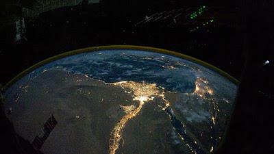 رائد فضاء يلتقط صورة من الفضاء على شكل رأس قلب .. صورة