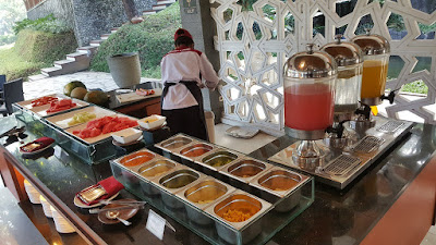 Deretan menu buffet dari tumisan, sosis, potato wedges, salad , hingga mix fruit komplit! (Dok.Pri)