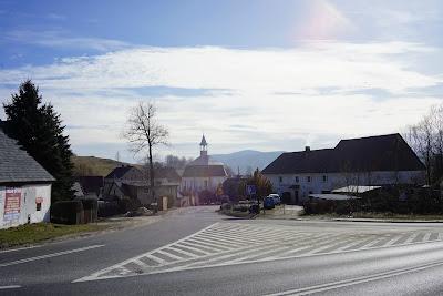 Zjazd do Radomierza z DK nr 3, widoczny kościół Matki Bożej Różańcowej