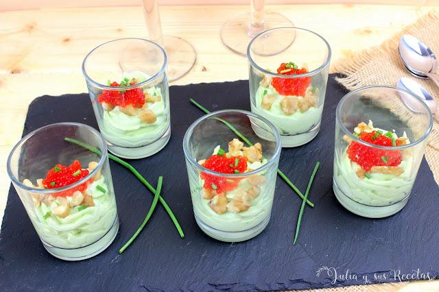 Vasitos de crema de aguacate con huevas de salmón. Julia y sus recetas