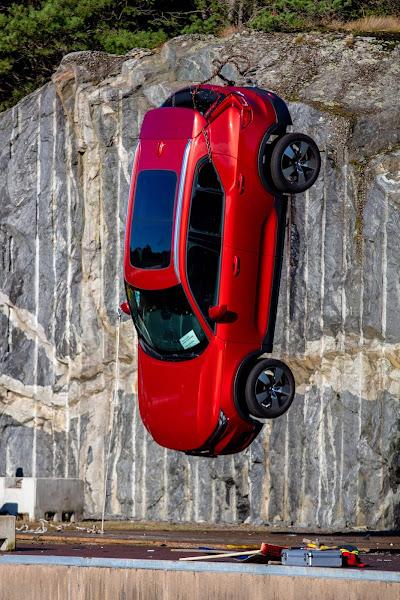 Volvo joga carros 0KM de 30 metros de altura para testar segurança