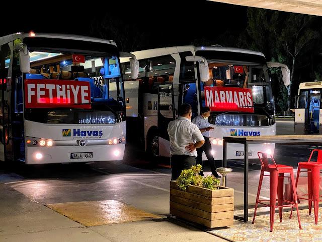 Автобусы из аэропорта Даламан с большими табличками, указывающими направление.