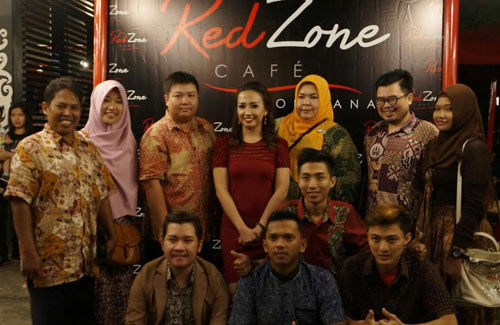 PHOTOGRAPHY: Author (leftmost batik) with food blogger and Pontianak FoodGram taking a photo together with Ms. Inge, owner of RedZone Cafe (30/1) taking a picture together. Special photo