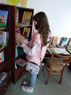 Девочка меняет книгу бібліотека-філія №4 фото