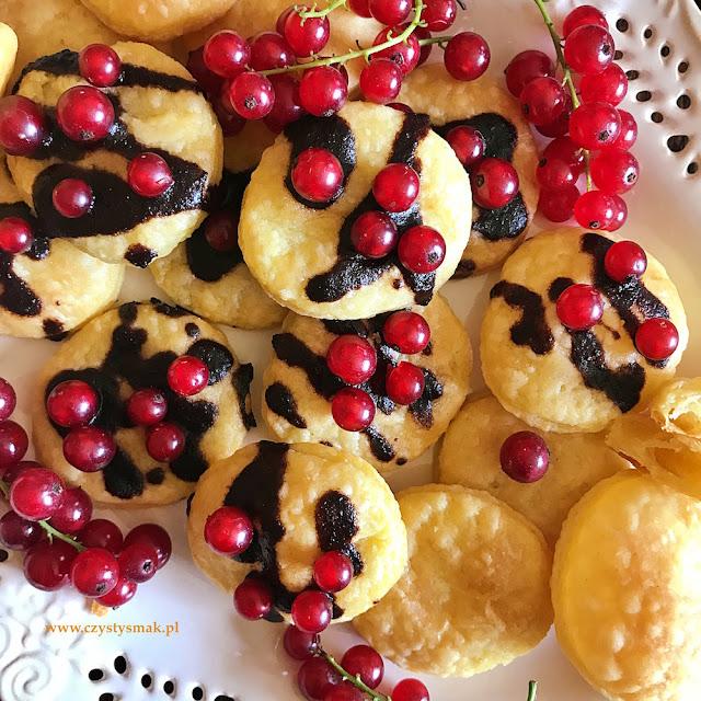 Półfrancuskie ciasteczka z twarogu śmietankowego z tradycyjną polewą kakaową i porzeczkami