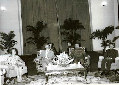 Ο Νικολάε και η Έλενα Τσαουσέσκου σε συνάντηση με τον Πολ Ποτ