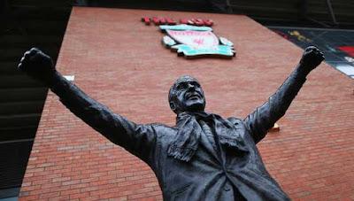 مطالبات بإذالة تمثال أسطورة ليفربول من محيط طريق الأنفيلد