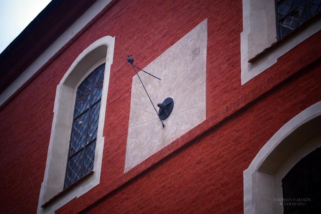 Kościół w Głotowie, zegary słoneczne