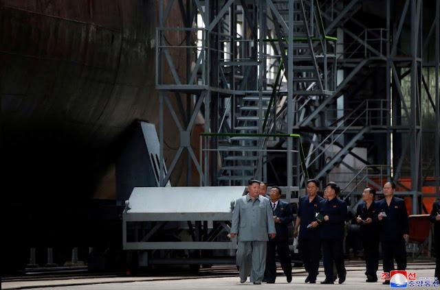 Kim Jong-un Inspeksi Kapal Selam Baru Korea Utara