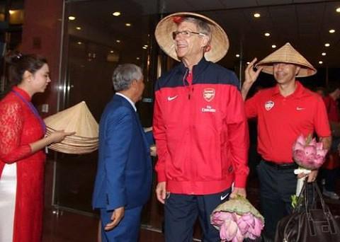 HLV Arsene Wenger dẫn đội hình sang Việt Nam đá giao hữu