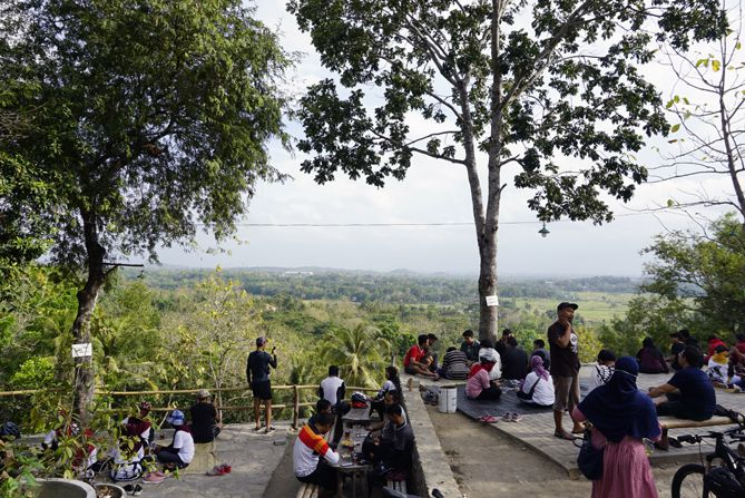 Para pengunjung angkringan Bibis tersebar di tempat duduk