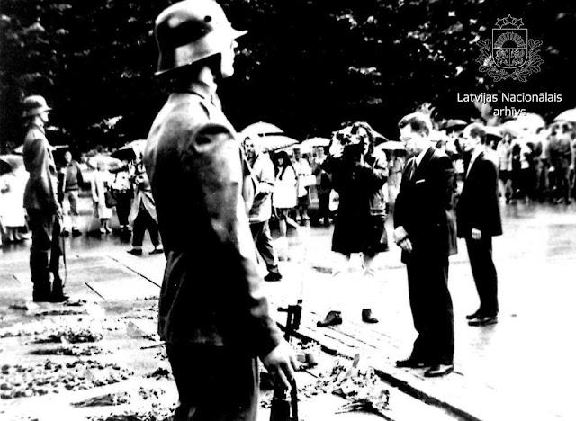 Лето 1993 года. Рига. Караул и президент ЛР Гунтис Улманис возле монумента Свободы.