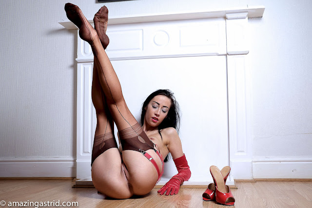 Sexy nude milf in stockings and gloves gallery