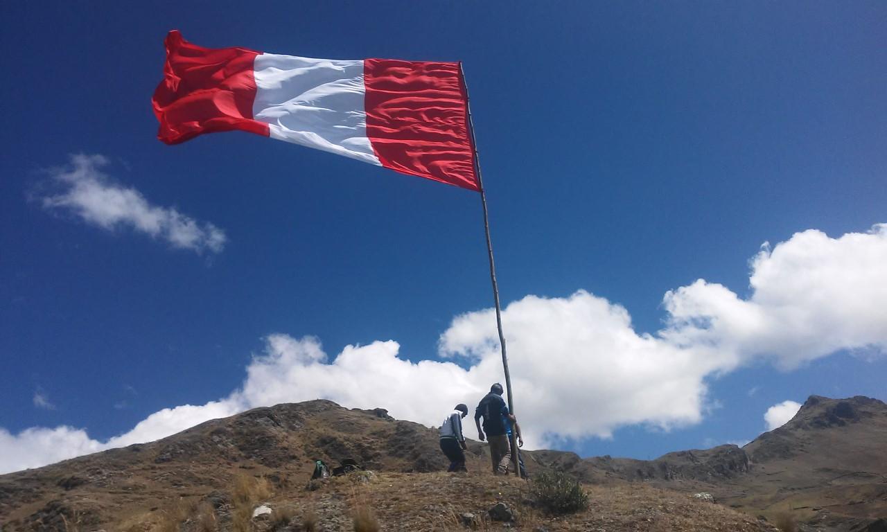 Gigantesca bandera peruana flamea en las alturas de Pasco - RADIOCHASKI.COM  [ Musica Andina, Radio, Noticias ]