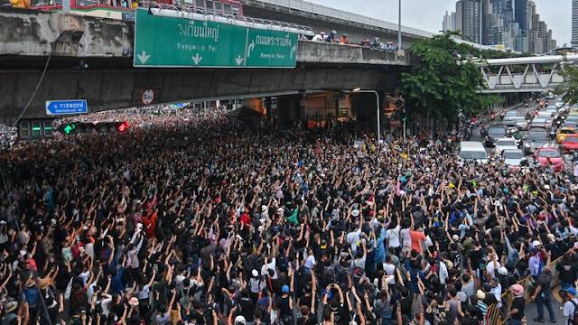 Bangkok Lumpuh Dikuasai Demonstran, Perdana Menteri Didesak Lengser