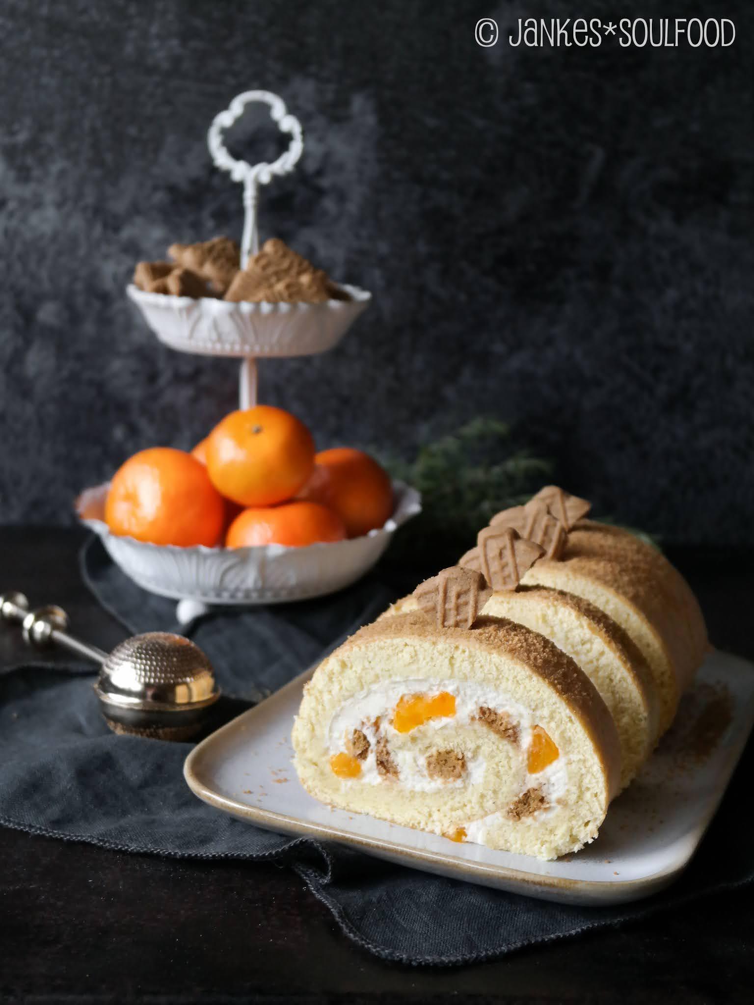 Weihnachtliche Biskuitrolle mit Mandarinen