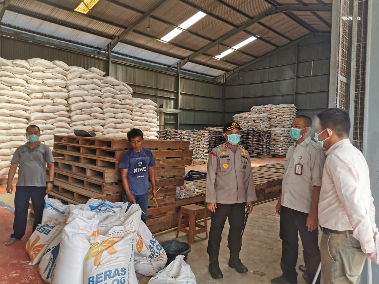 Kapolres Tanjab Barat Bersama Tim Satgas 5 Gakkum Ops Aman Nusa Pantau Dan Cek Ketersediaan Stok Pangan Yang Berada Di Gudang Bulog Sub Divre Tanjung Jabung