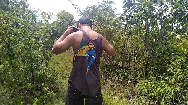 quitandose la ropa en el bosque
