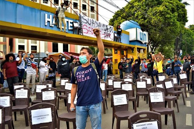 Tolak Pengesahan UU Cipta Kerja, Mahasiswa Gelar Teatrikal