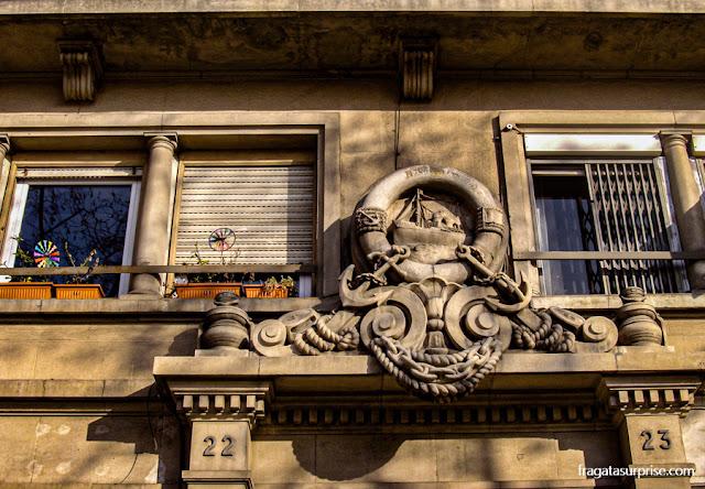 Decoração em motivos náuticos em uma fachada da Via Laietana, Barcelona