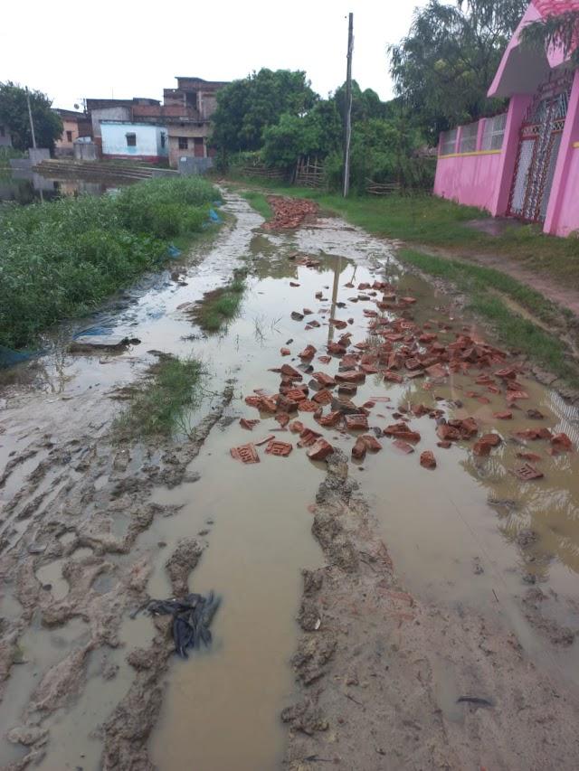 कीचड़-पानी हेलकर  सरस्वती मंदिर जाने को विवश श्रद्धालु