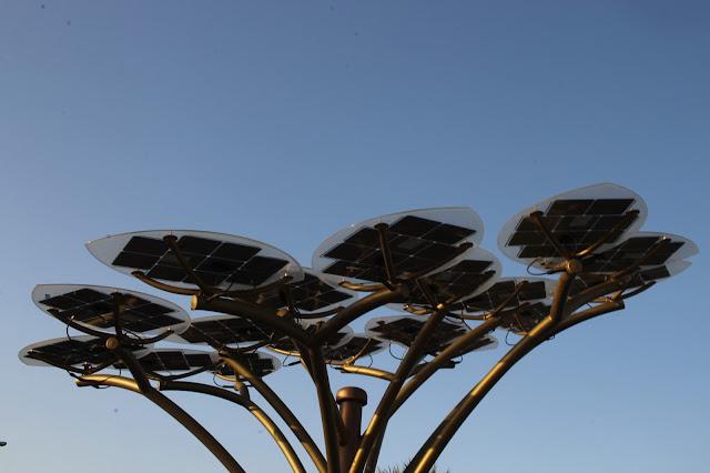 Uma árvore de painéis solares ao lado da Mesquita Koutoubia, em Marrakech.