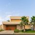 Fachada de casa térrea contemporânea com painel de madeira e blocos de granito rústico!