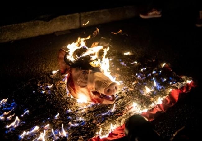 VIDÉO : Aux Etats-Unis, des antifa mettent le feu à une tête de porc coiffée d'un képi policier
