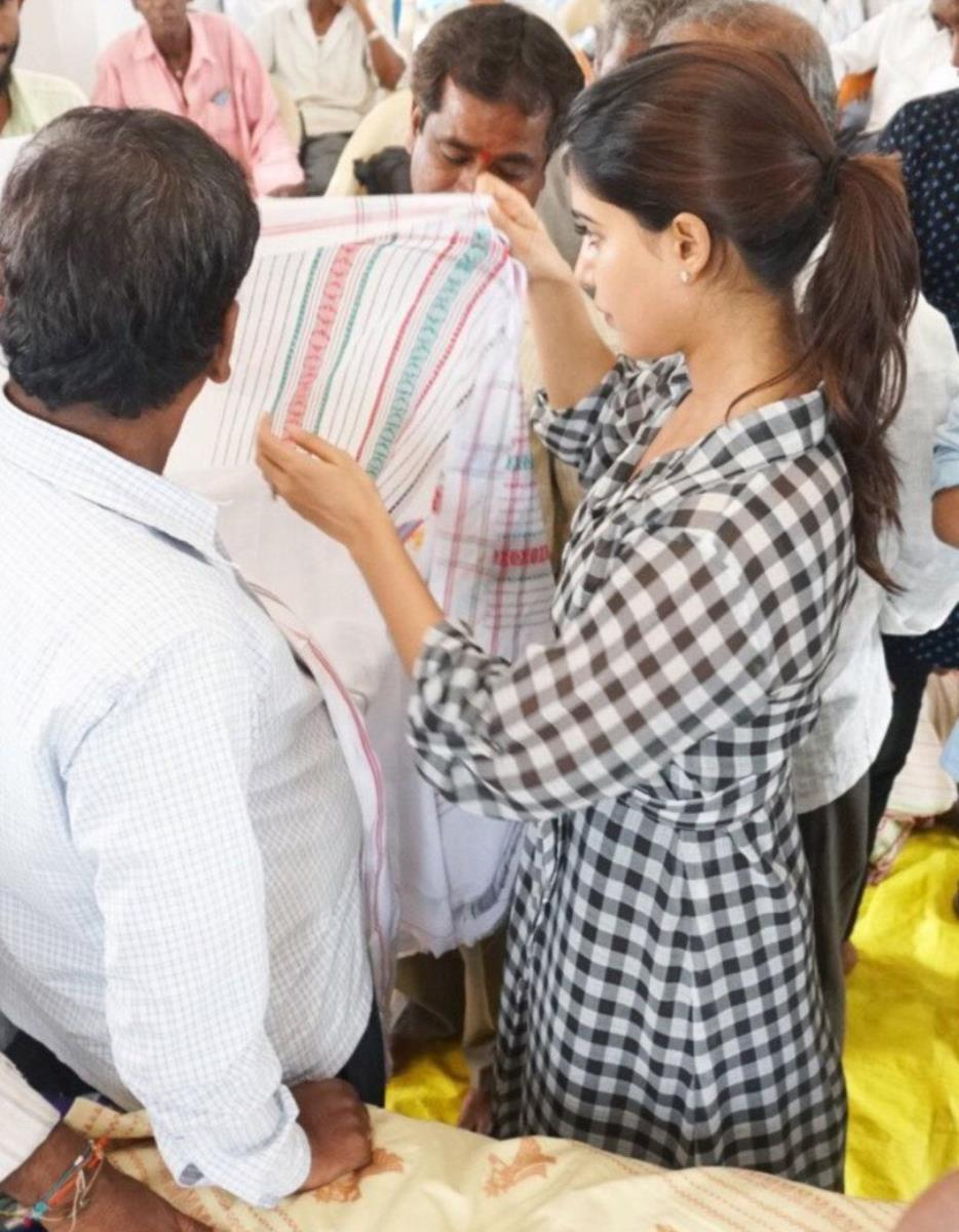 Samantha Visits Hand Loom Weavers Industry In Siddipet