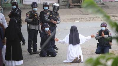 Ratusan Polisi Myanmar Membelot, Biarawati Hadang Militer
