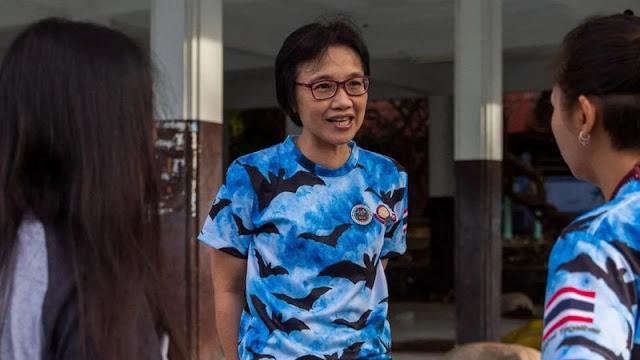 سوبابورن واشارابلوسادي تتحدث إلى فريقها، الذي كان أول فريق يرصد حالة إصابة مؤكدة بكوفيد-19 خارج الصين، في إحدى مهام جمع الخفافيش في سبتمبر/أيلول 2020